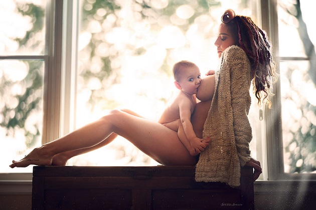 красивая кормящая мама