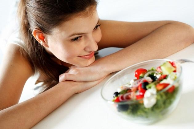 Девушка и салат