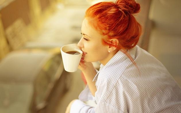 Девушка пьет кофе