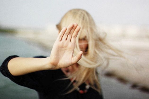 Женщина с вытянутой рукой (протест)