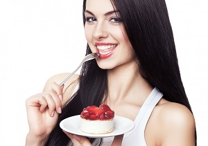 девушка ест варенье