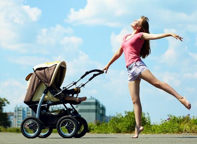 Стройная мама с коляской