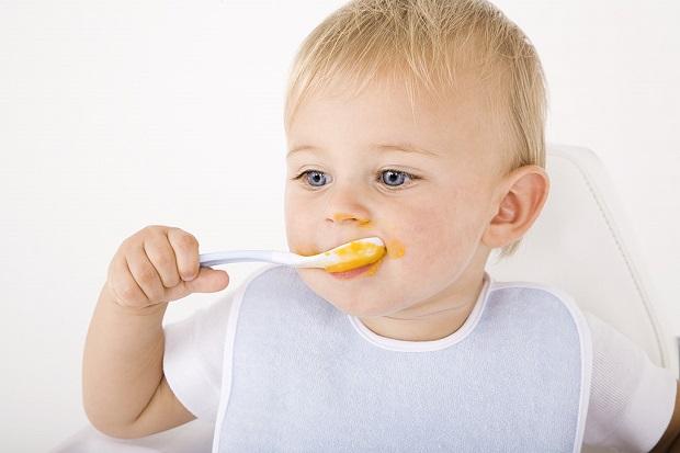 малыш ест ложкой