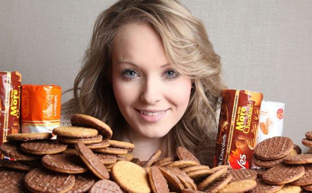 девушка любуется печеньками