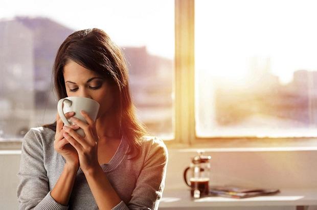 девушка пьет чай с молоком