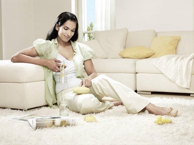 Женщина сцеживает молоко