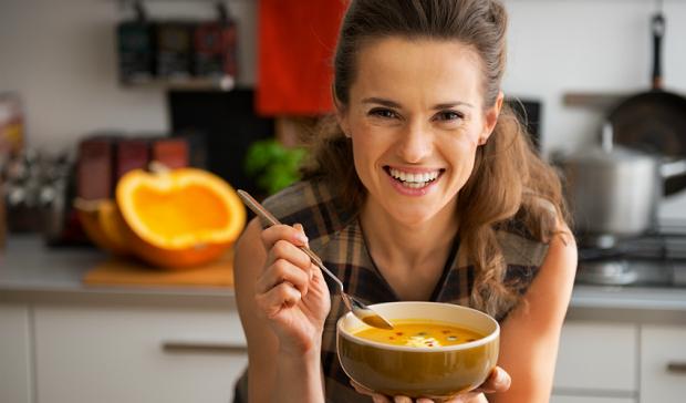 девушка ест грибной суп