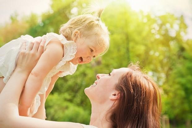 счастливые мама и малышка