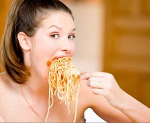 ест макароны