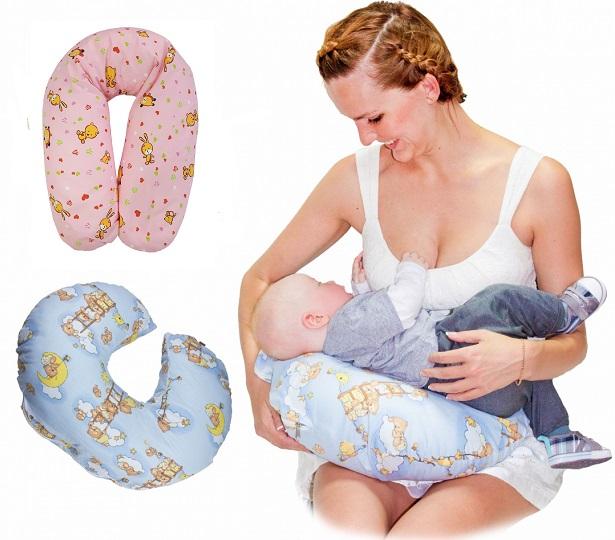 Женщина кормит малыша на подушке