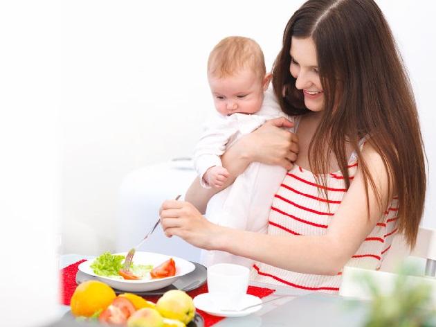мама с малышом ест