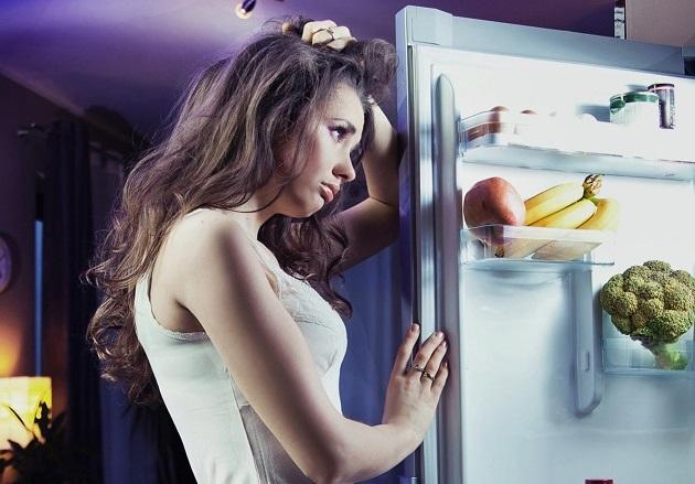 девушка перед холодильником