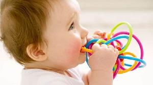 У ребенка игрушка во рту