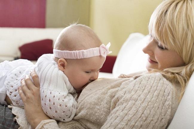 кормление ребенка сверху