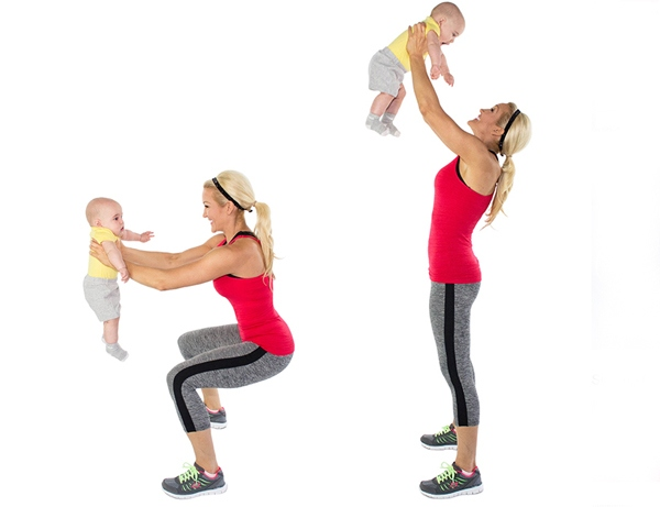 приседания с малышом в руках