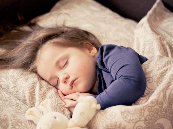 спящий ребенок после ужина