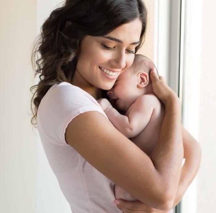 Мама держит ребенка столбиком