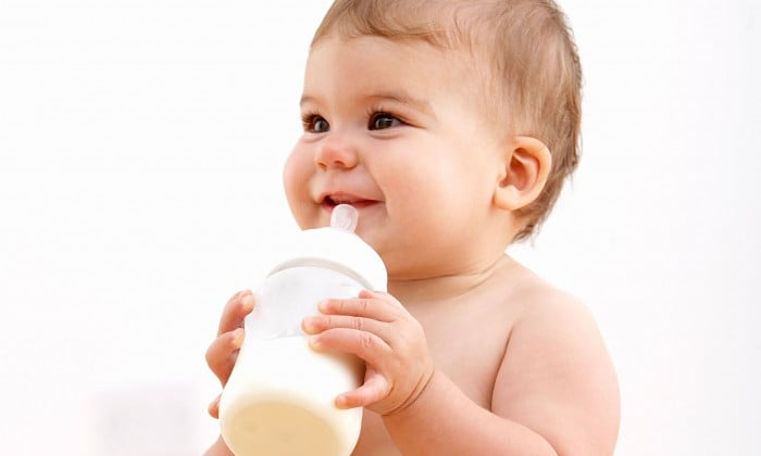 сытый малыш с молочной смесью