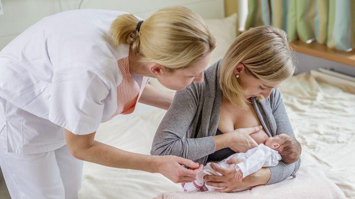 помощь в прикладывании младенца к груди