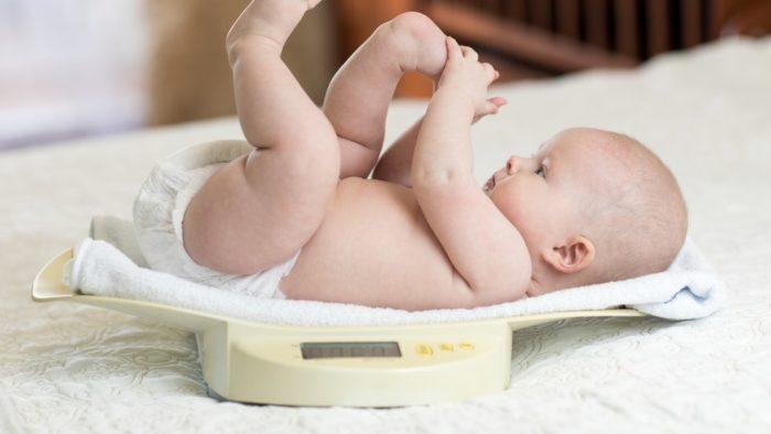взвешивание малыша и понятие нормы