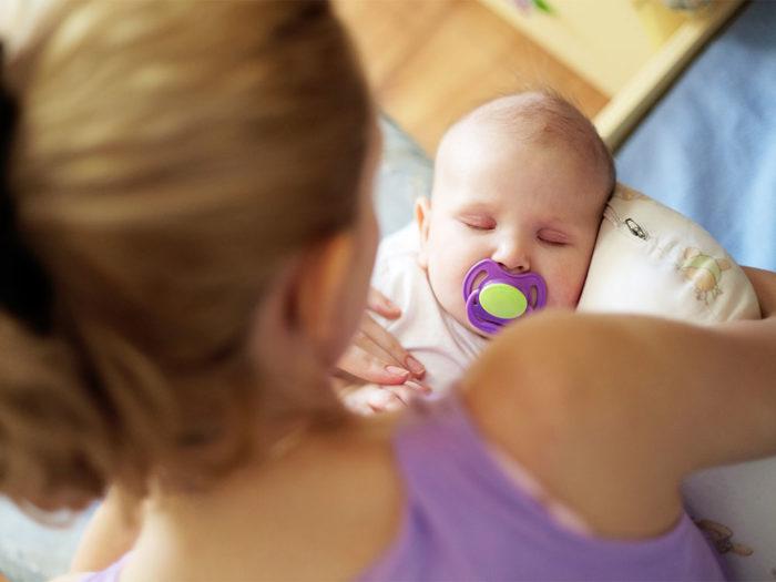 соска как успокоительное для малыша