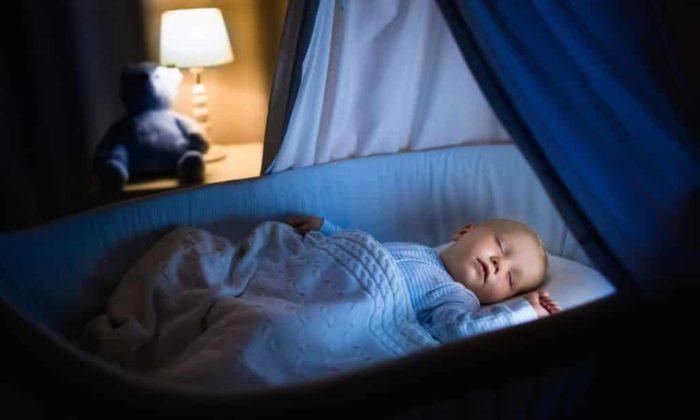 спящий полугодовалый малыш